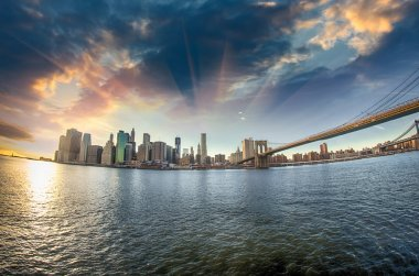 Spectacular view of Brooklyn Bridge from Brooklyn shore at winte