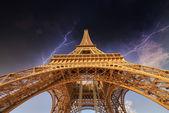 Bouře nad Eiffelova věž v Paříži