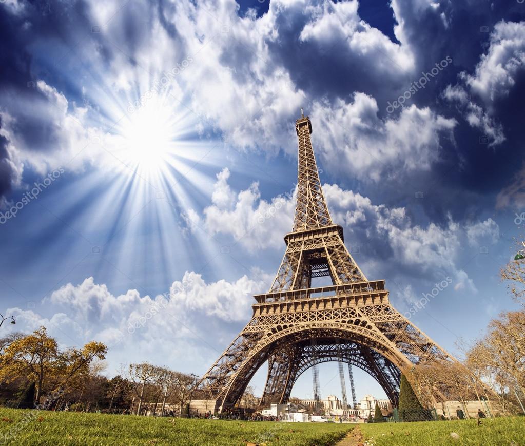 Vue magnifique sur la tour eiffel paris la tour eiffel for A l interieur de la tour eiffel