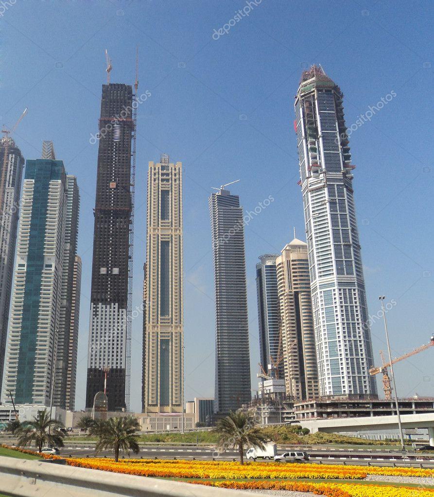 dubai vista a la calle de edificios altos y rascacielos u fotos de stock