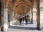 Paříž - oct 3: turisté chodit v place des vosges, proslavenou sq