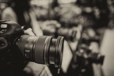 """Картина, постер, плакат, фотообои """"современная камера и линза на магазине фотографии"""", артикул 27796019"""