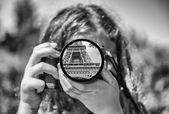 Fotografie dítě pohled na Paříž, černobílý obrázek