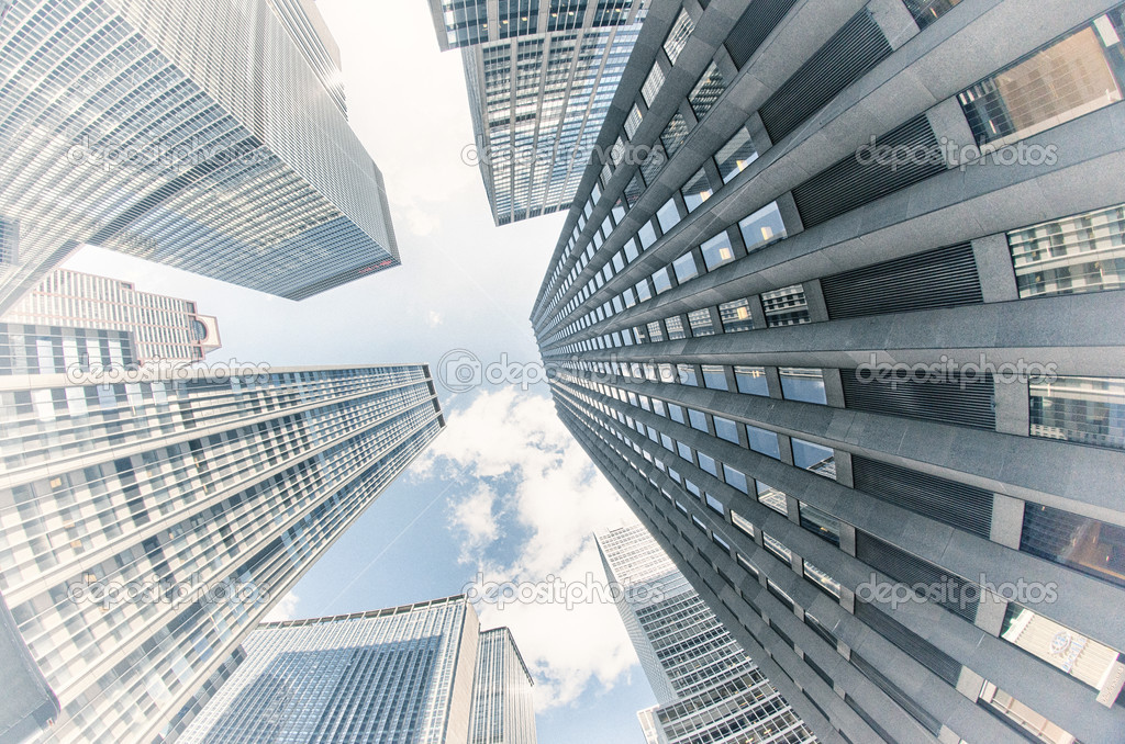 edificios de nueva york vista hacia arriba u foto de stock