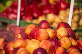 Photo Fresh peaches on a wooden bucket