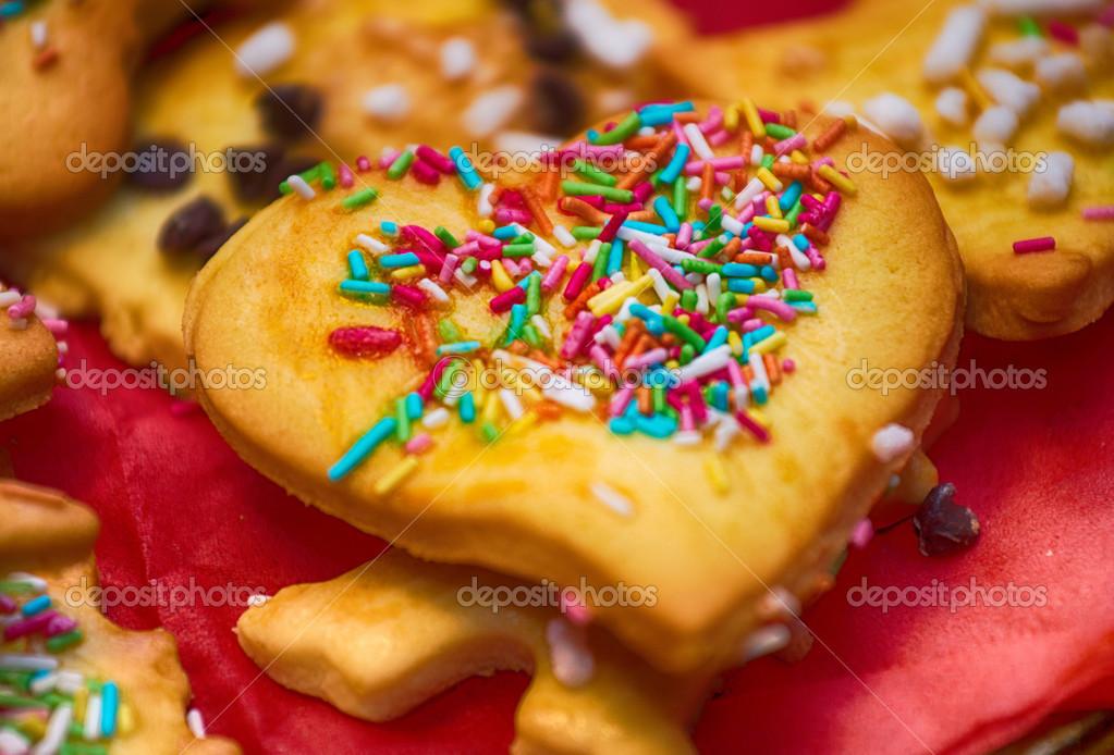 Biscotti Classici Di Natale.Torte Miste Su Un Vassoio Rosso Classici Biscotti Di Natale Foto
