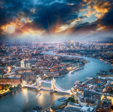 """Картина, постер, плакат, фотообои """"в лондон. вид с воздуха на тауэрский мост в сумерках с красивым городом """", артикул 38066735"""