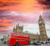 Červené dvoupatrový autobus pod Big Ben