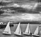 vitorlás hajók sorban