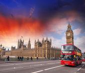 Fotografie červený autobus v westminster bridge