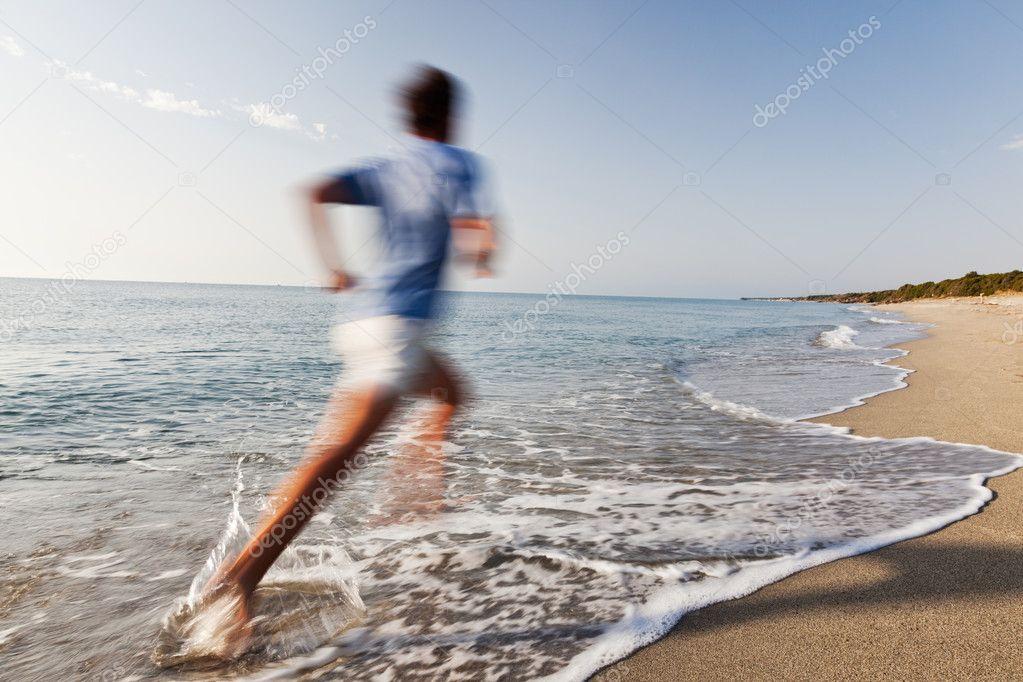 jeune homme qui court sur une plage photographie rcaucino 29840851. Black Bedroom Furniture Sets. Home Design Ideas
