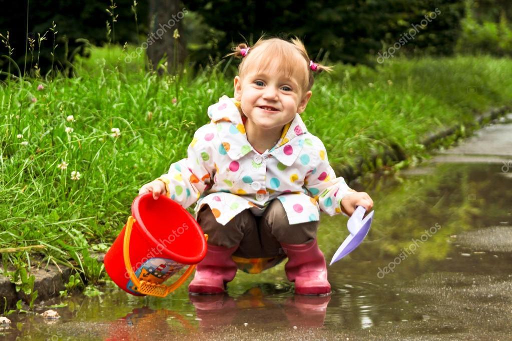 Schattig klein meisje speelt in modderige plassen stockfoto fajnokg 13779813 - Foto slaapkamer klein meisje ...