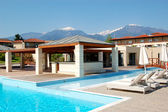 Schwimmbad und Außenrestaurant im modernen Luxushotel