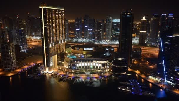 Dubaj, Spojené arabské emiráty - 8. září: noční osvětlení dubai Marina na 8 září 2013 v Dubaji, Spojené arabské emiráty. je to umělý kanál město, postavené na dvě míle (3 km) úsek pobřeží Perského zálivu