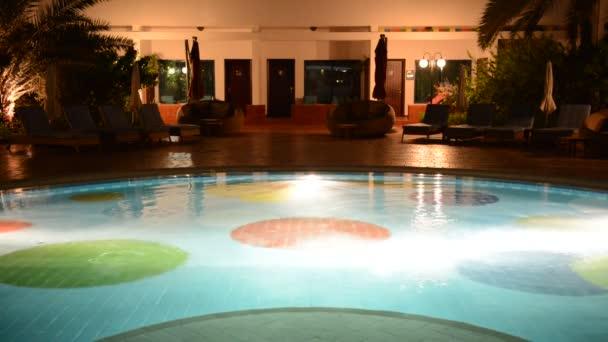 bazén s vířivkou v luxusním hotelu v noční osvětlení, ajman, Spojené arabské emiráty