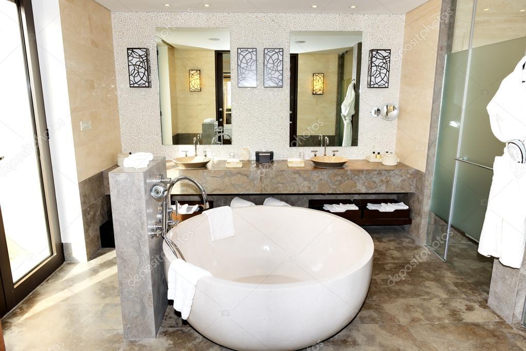 bagno in hotel di lusso moderno, Peloponnesus, Grecia — Foto Stock ...