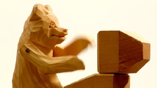 dřevěný medvěd.