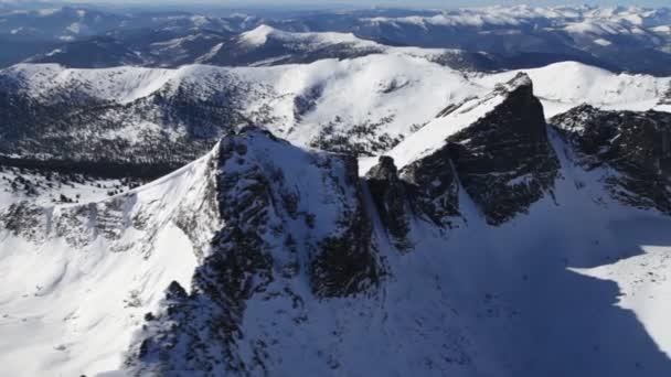 zasněžené hory krajina