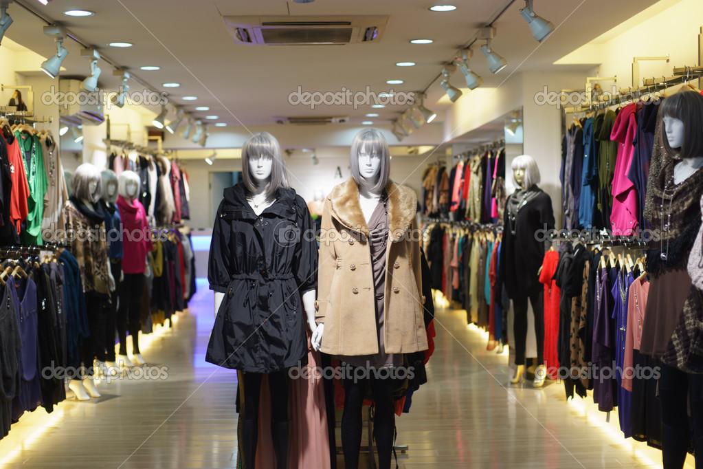 a1bcd1636a31 Εσωτερικό των σύγχρονων καταστήματος ρούχων στο Χονγκ Κονγκ — Εικόνα από ...
