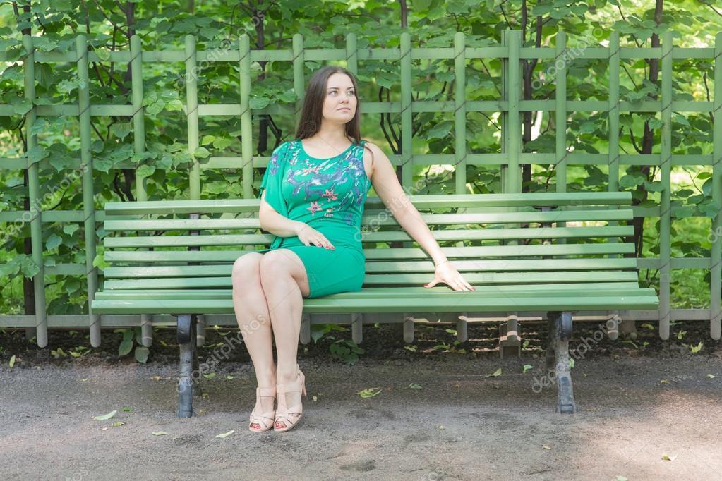 Смотреть фото девушки сидят на лавочке фото 676-142