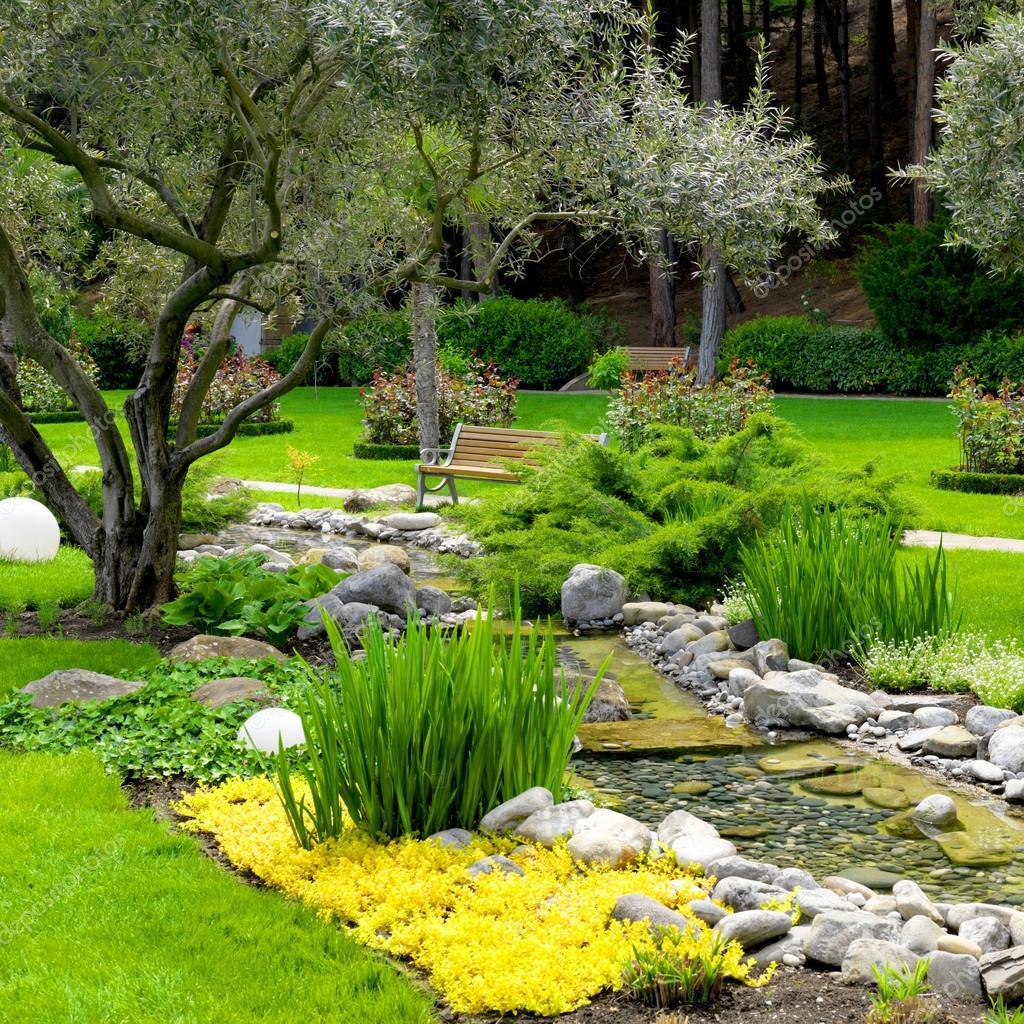 Tuin met vijver in aziatische stijl stockfoto smaglov for Vijver in tuin
