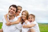 Fotografie mladá rodina se dvěma dětmi