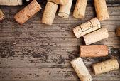 Datiert Weinflasche Korken auf dem hölzernen Hintergrund