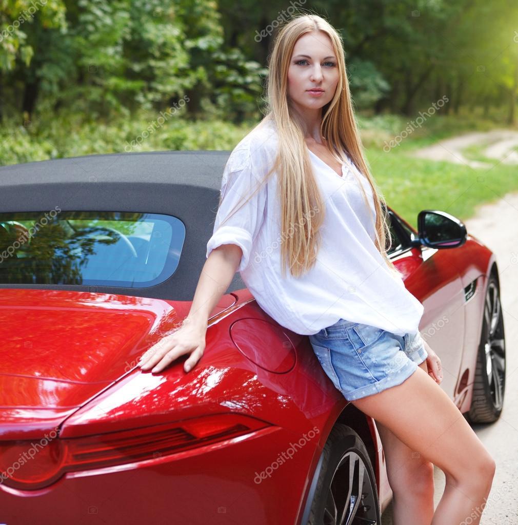 jeune femme debout pr s d 39 une voiture de sport photographie dasha11 30515845. Black Bedroom Furniture Sets. Home Design Ideas