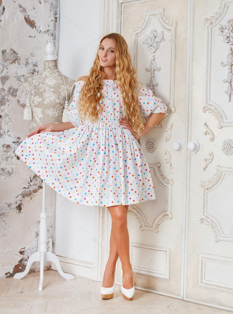 fe5899ea1d Sukienka portret piękne blond dziewczynka w kropki — Zdjęcie stockowe