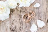 esküvő gyűrű fából készült háttér