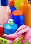 různé čistící prostředky a růžové gumové rukavice