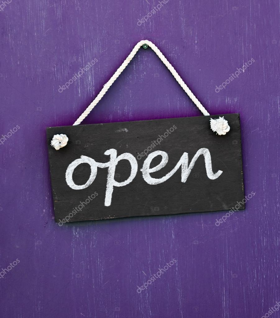 Ouvrir le panneau noir accroch sur la porte violette avec - Ouvrir porte claquee avec radio ...