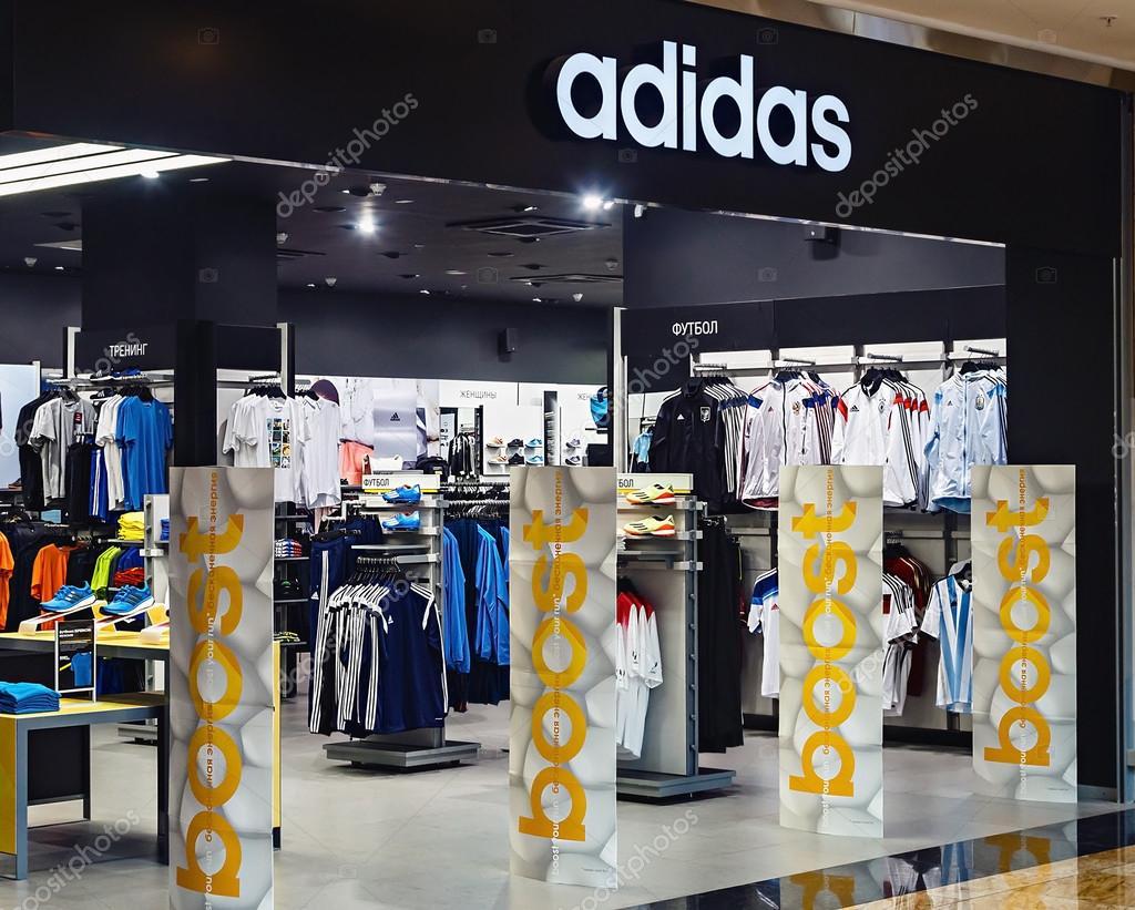 grand choix de 72576 26664 Magasin de vêtements de sport Adidas — Photo éditoriale ...
