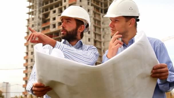 stavební inženýři na staveništi