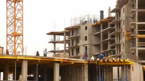 Výstavba více články činžovního domu