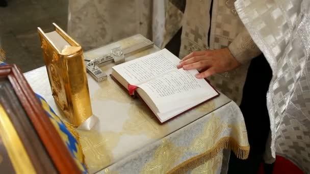 Pap során egy esküvő
