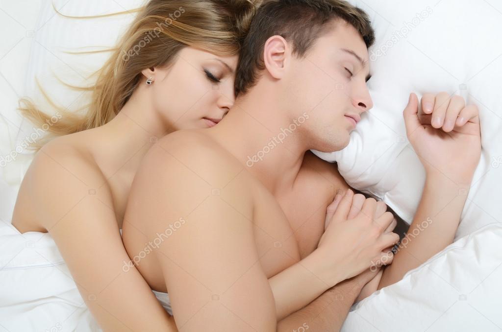 Красивая молодая пара ебётся дорогой