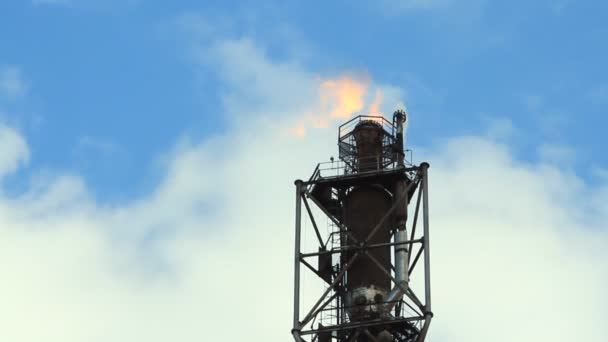 Raffinerie zündet Gasfackel an