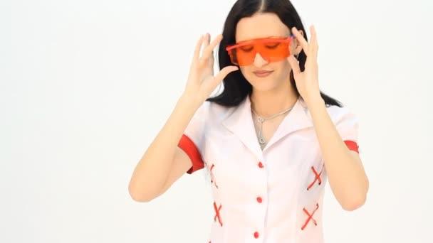 Der Arzt probiert eine Brille an