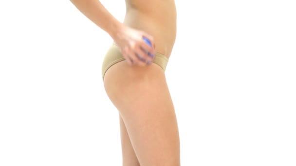 žena masíruje nohy