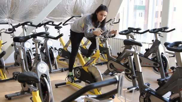 gyakorlása a lábukat, ezzel kardioedzés kerékpáros nő