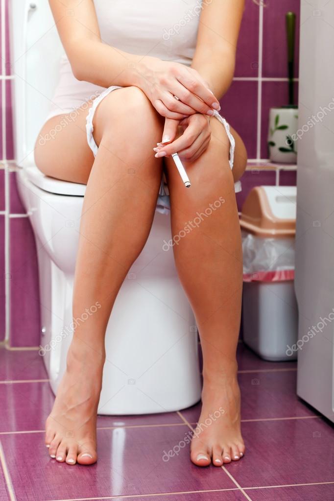 Женщины в туалете полный разврат великолепная