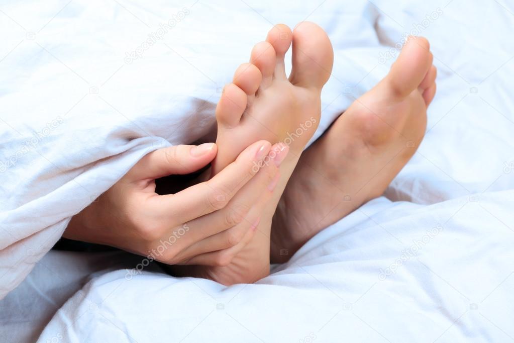 Mulher coça o pé — Stock Photo © Nobilior #44097135