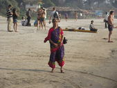 Nő parton sétált