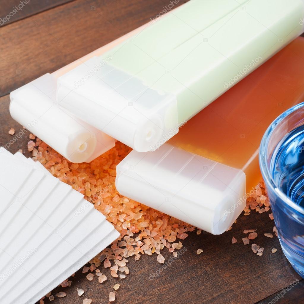 Wachs für die Haarentfernung und Öl auf Holztisch — Stockfoto ...