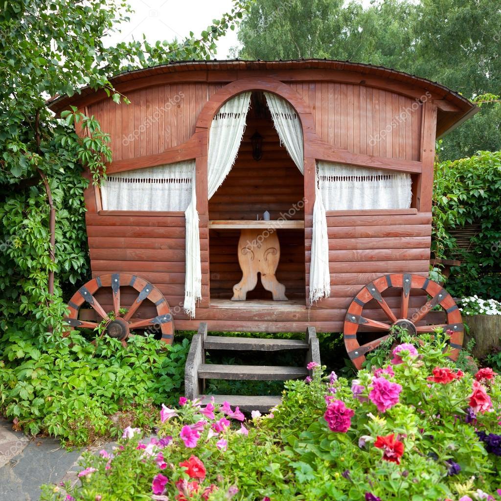 Gazebo en bois dans le jardin photographie chamillewhite for Cendre de bois dans le jardin