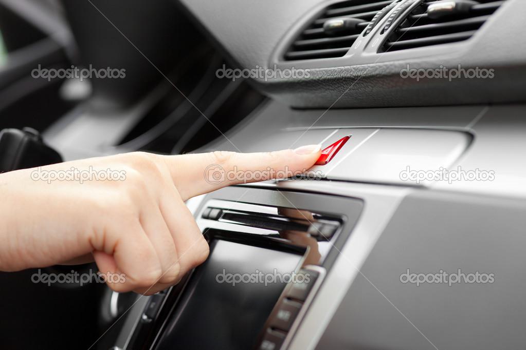 Hand Auto Noodgevallen Lichten Drukken Op Dashboard Stockfoto