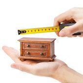 木工、巻尺、カルペで箪笥を測定