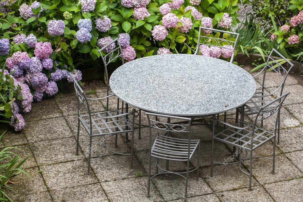 table et chaises dans le jardin avec Hortensia couleur ...