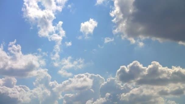 nebe - mraky a modrá obloha.